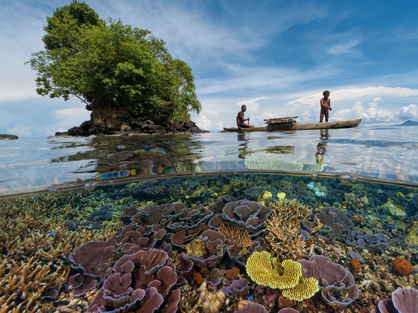 Кристально чистая вода у берегов Папуа - Новой Гвинеи