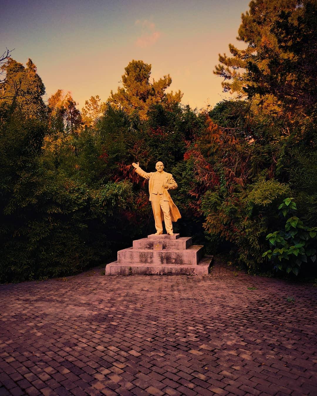 Заброшенная статуя Ленина у одной из больниц Сочи